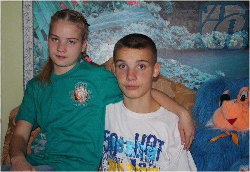 Брат и сестра занимаются читать