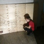 Над санями Деда Мороза работают Артем Береженко и Данил Мацегор