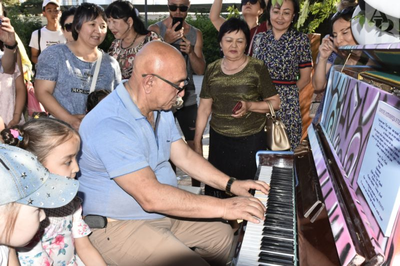 Теперь в Актобе сыграть на пианино или спеть под его аккомпанемент может любой желающий.