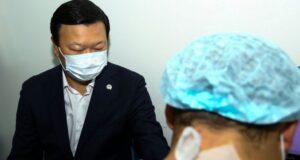 Глава Минздрава вакцинировался QAZVAC в прямом эфире