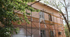 Работы по обновлению фасадов домов в Жилгородке завершатся в августе